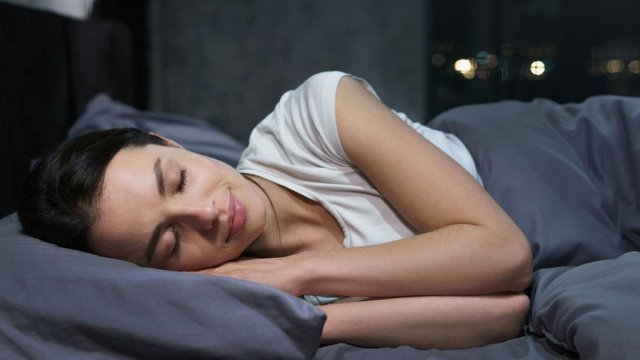 النوم على إحدى الجانبين لعلاج الشخير